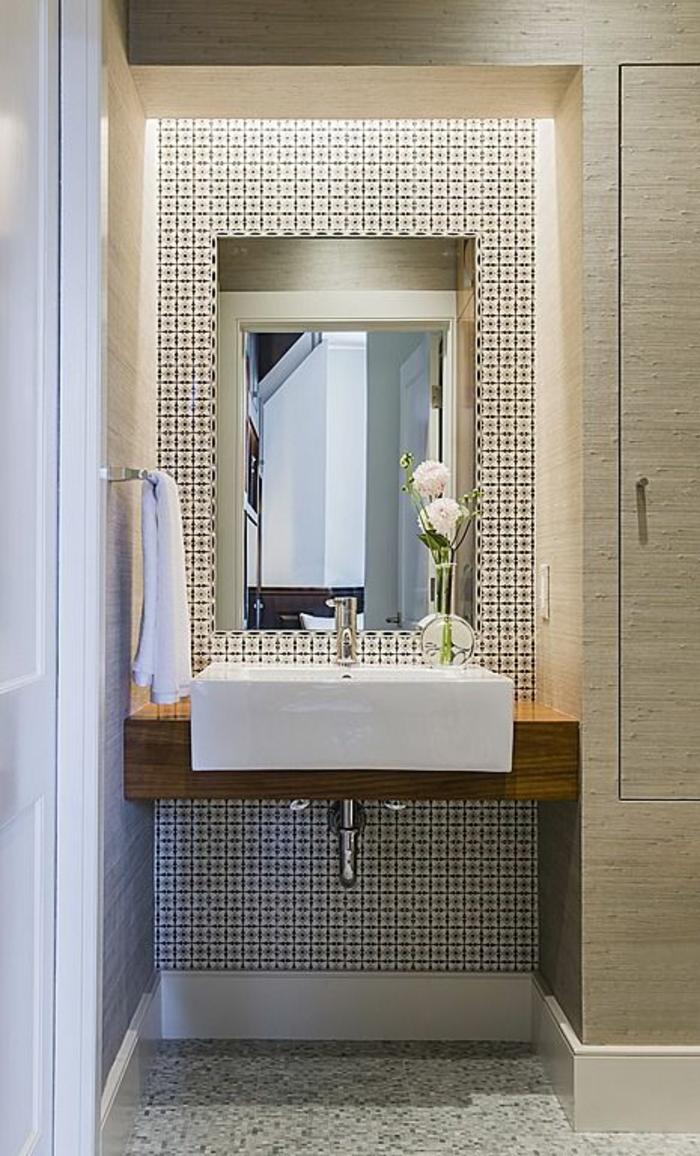miroir salle de bain lumineux avec zone lavabo ornée de motifs carrés et niche illuminée