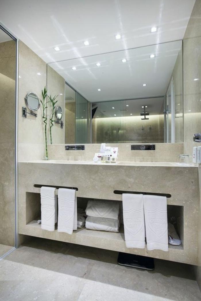miroirs salle de bain lumineux haute brillance zones blanches et zones en marbre