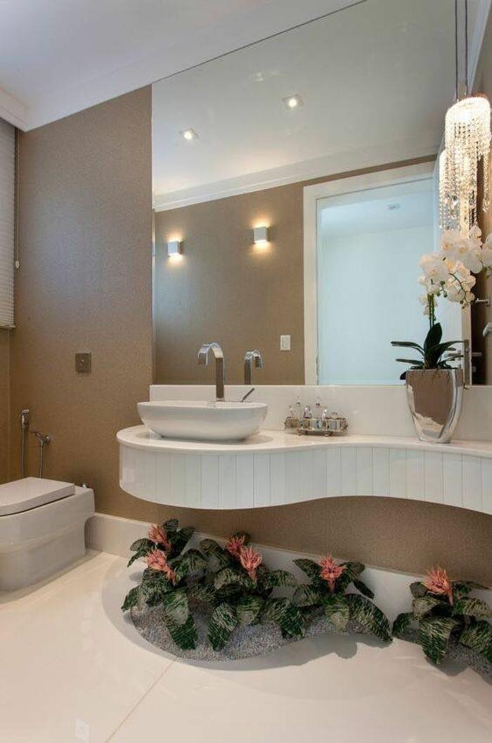 miroirs salle de bain lumineux occupant la plus grande partie du mur avec zone lavabo en forme ondulante