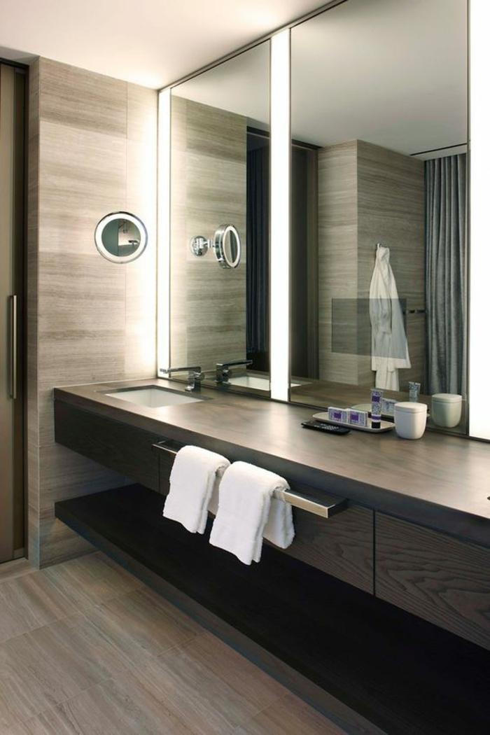 miroir de salle de bain lumineux avec lumière blanchatre et jeu de perspectives