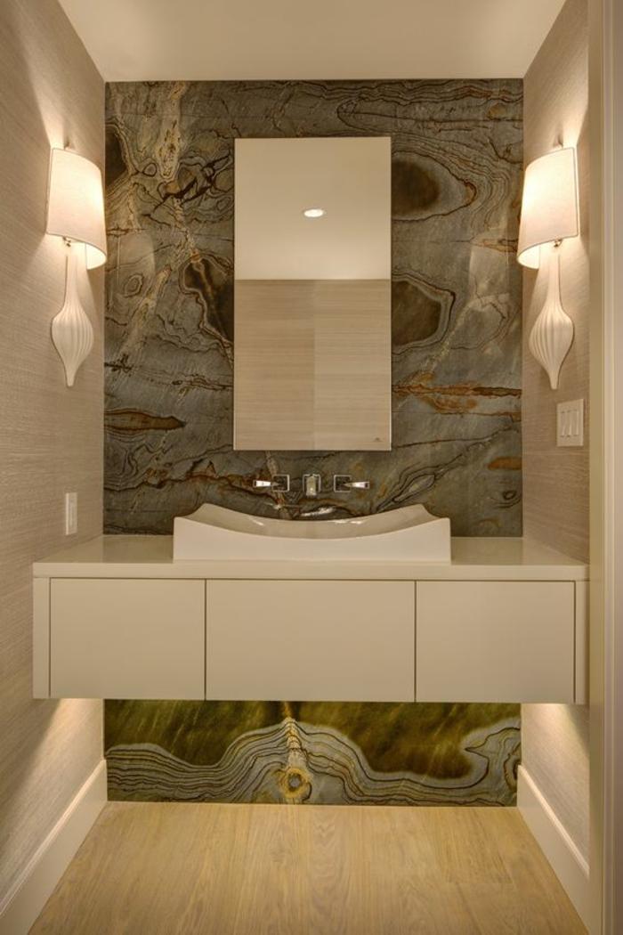 miroirs salle de bain lumineux effet marbre sur un mur en couleurs verte et beige
