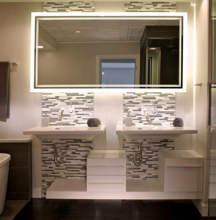 miroir salle de bain éclairant en blanc et gris avec deux lavabos et grand miroir en forme rectangulaire
