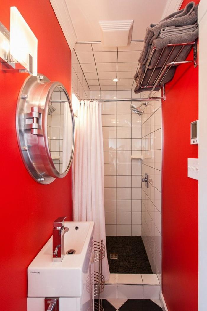 miroir eclairant salle de bain pour un effet de sous-marine en rouge et blanc espace long et étroit