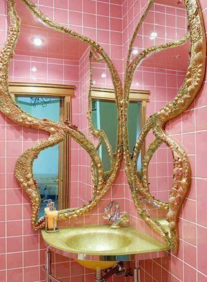 miroir lumineux de salle de bain papillon aux ailes déployées, avec des éléments reflétant la lumière