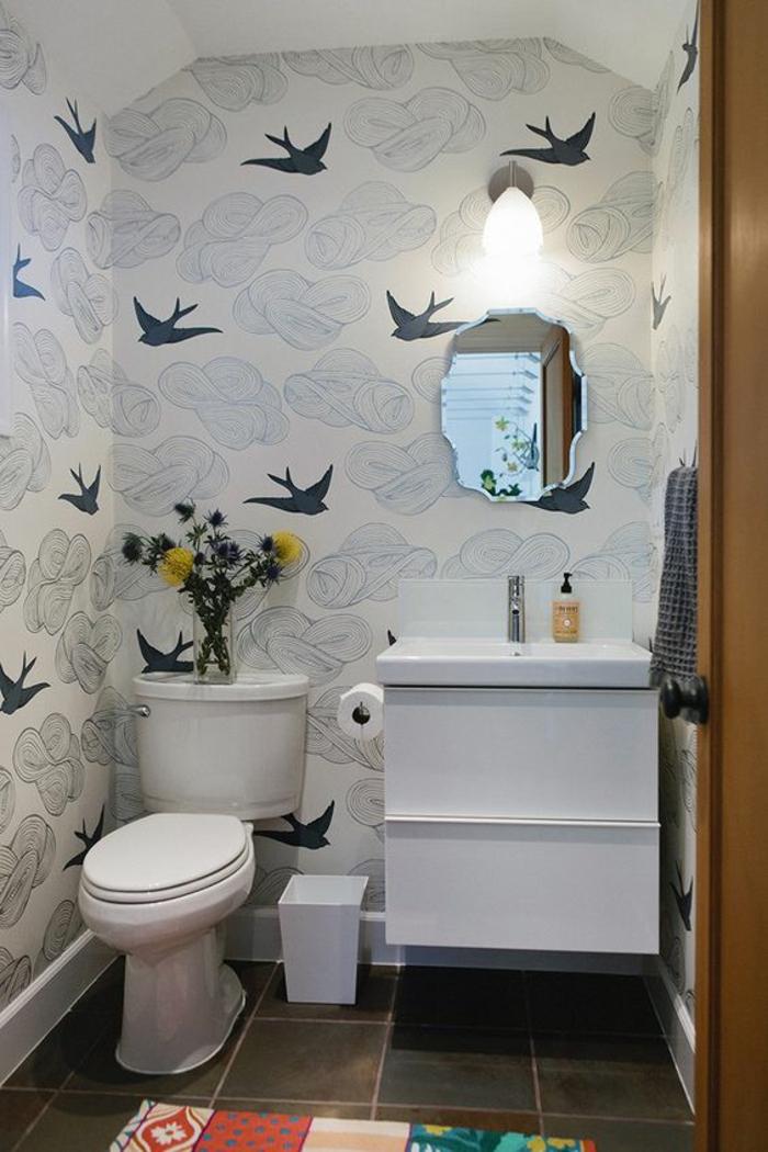 miroir salle de bain eclairant aux bords irréguliers effet trou dans le mur par lequel entrent des hirondelles