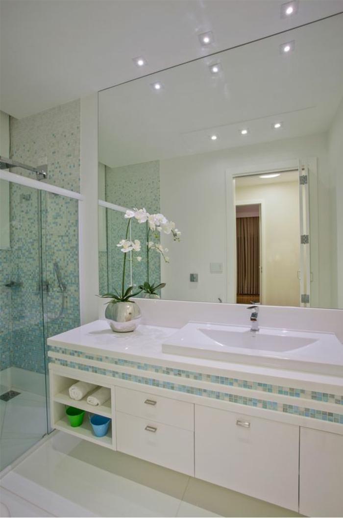 miroir salle de bain éclairant en blanc et vert émeraude
