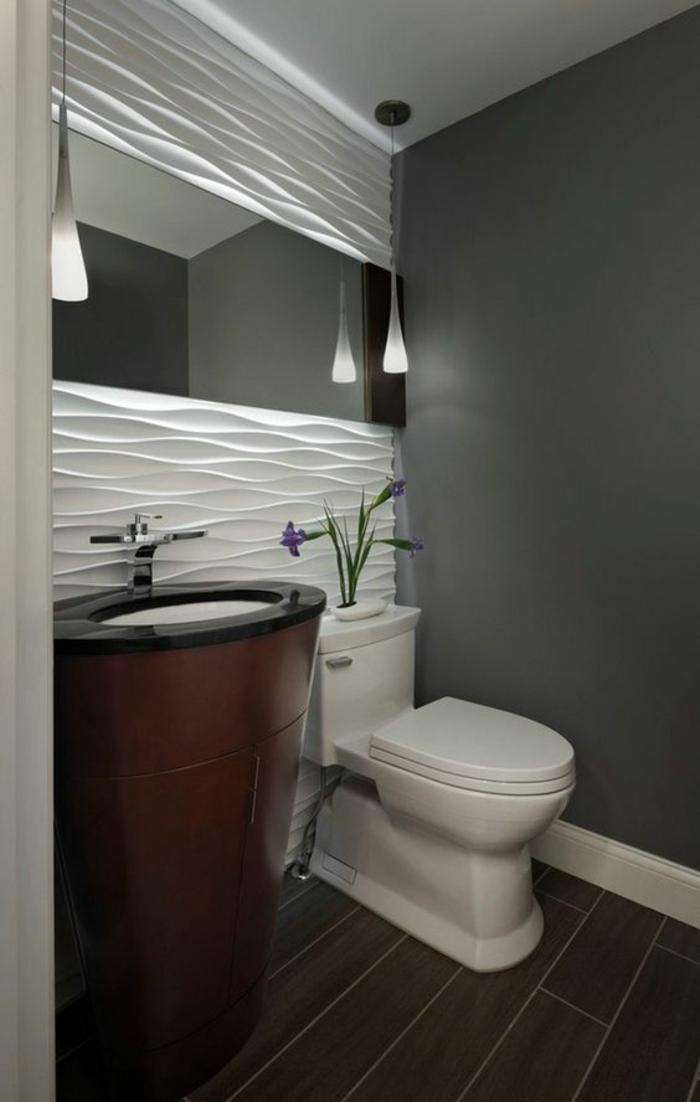 miroir lumineux de salle de bain avec des éléments déco en blanc pour donner davantage de lumière sur le mur
