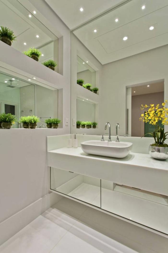 miroirs salle de bain lumineux avec des niches dotées de miroirs elles aussi