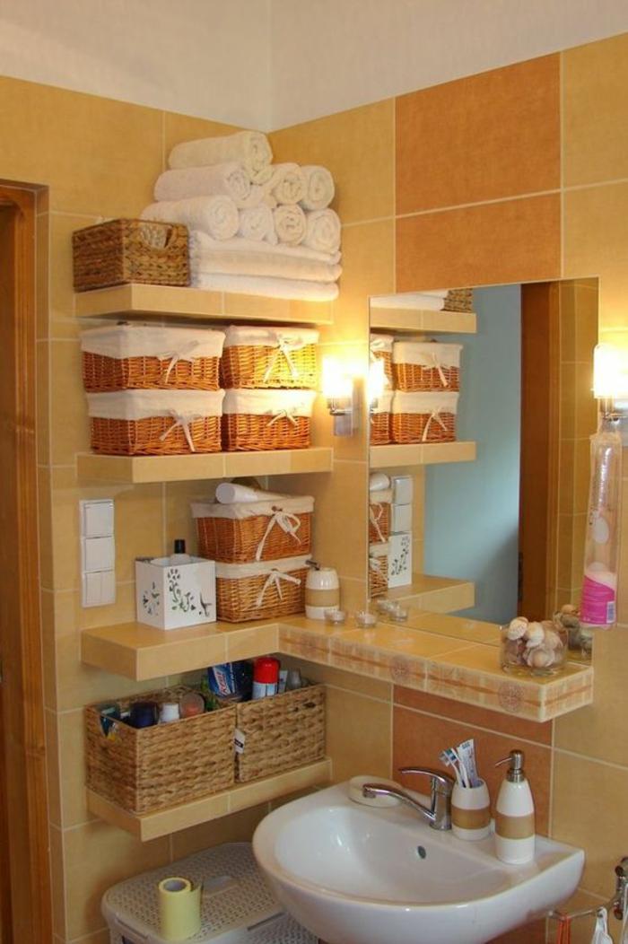 miroir lumineux salle de bain avec des étagères et des corbeilles pour le rangement des serviettes et des produits pour le bain