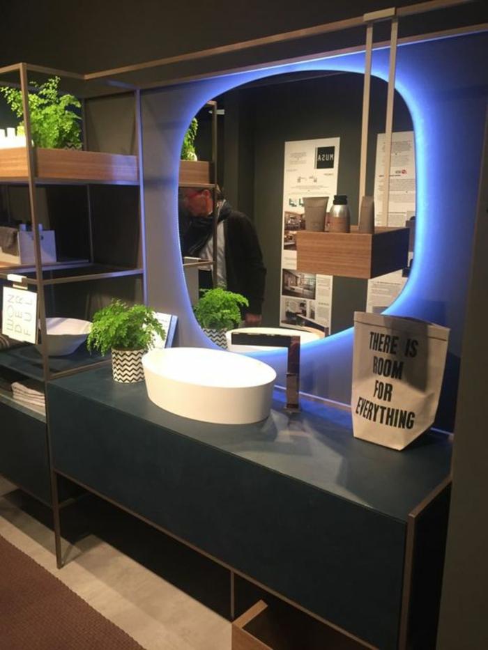 miroir lumineux salle de bain en lumière bleu électrique avec forme de moitié de lunette