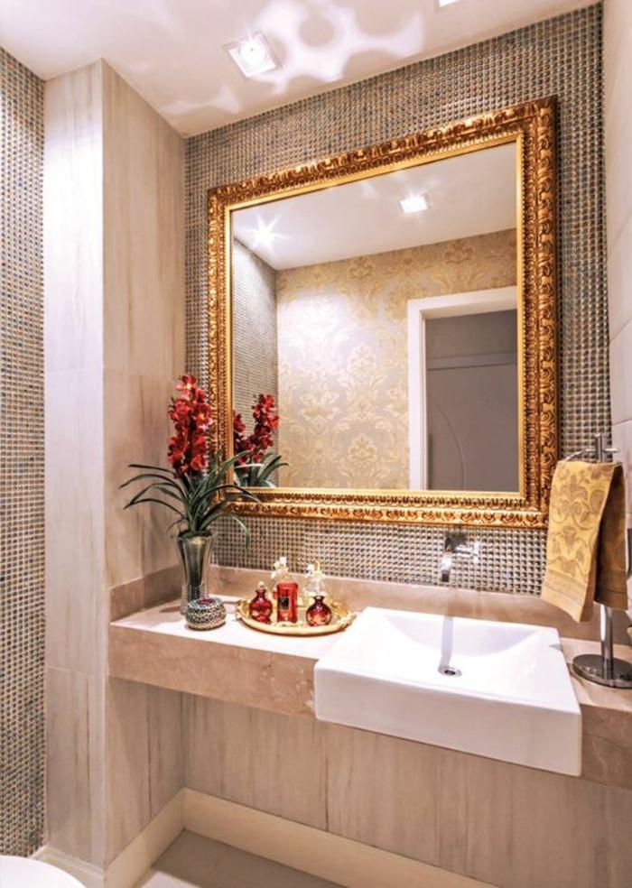 miroir lumineux de salle de bain avec cadre doré dans un style Renaissance