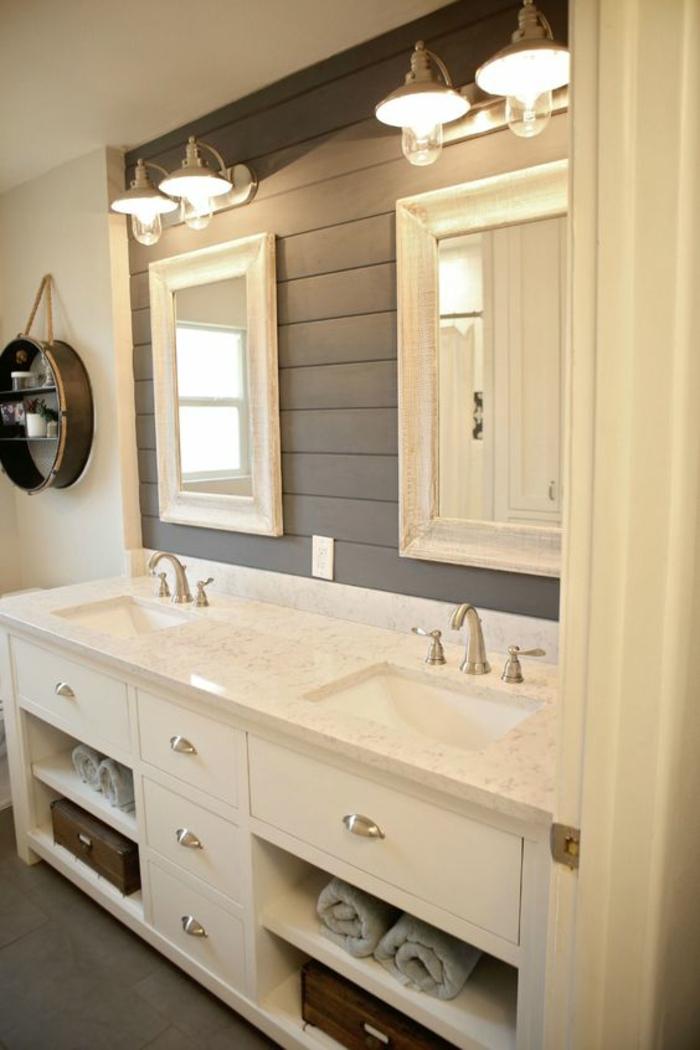 miroir de salle de bain lumineux style chalet en blanc et gris avec deux grands miroirs au cadre blanc