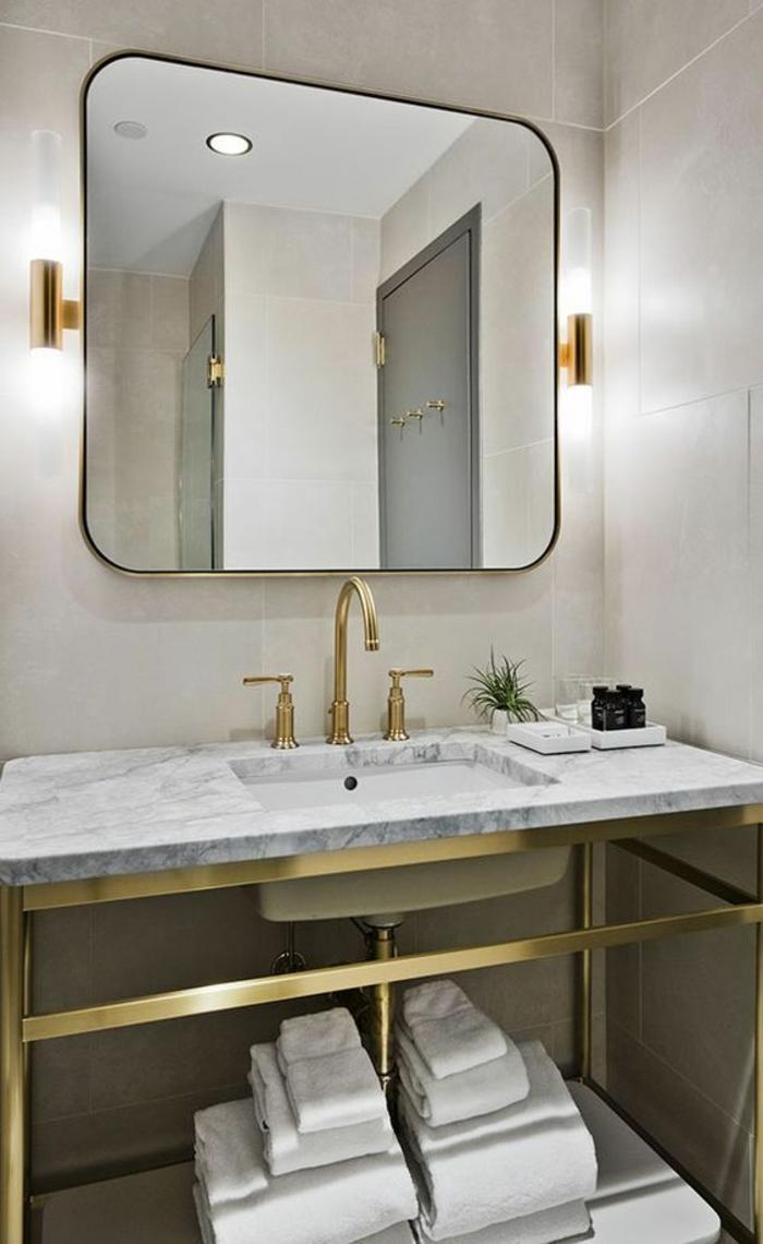 miroir lumineux salle de bain avec des luminaires latéraux en métal doré