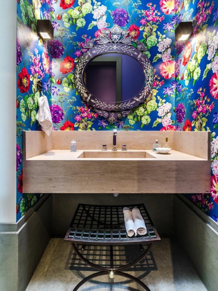 miroir éclairant salle de bain rond et noir avec plan lavabo suspendu et deux appliques noires rectangulaires des deux cotés