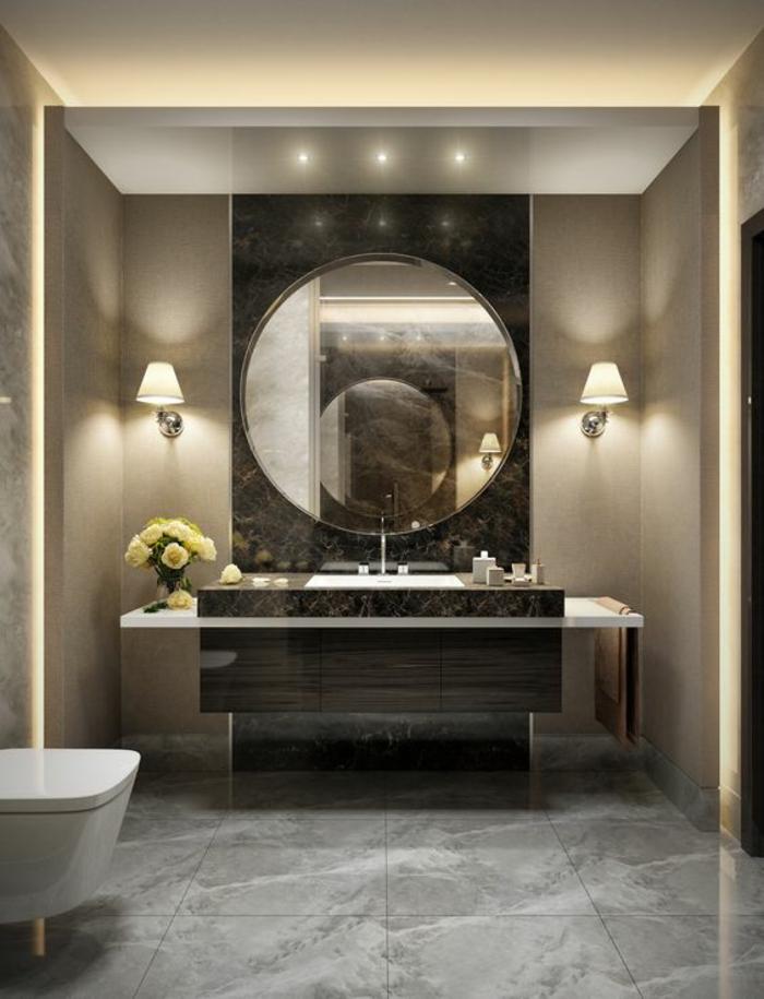 miroir salle de bain eclairant aux grands effets optiques avec deux lampes classiques