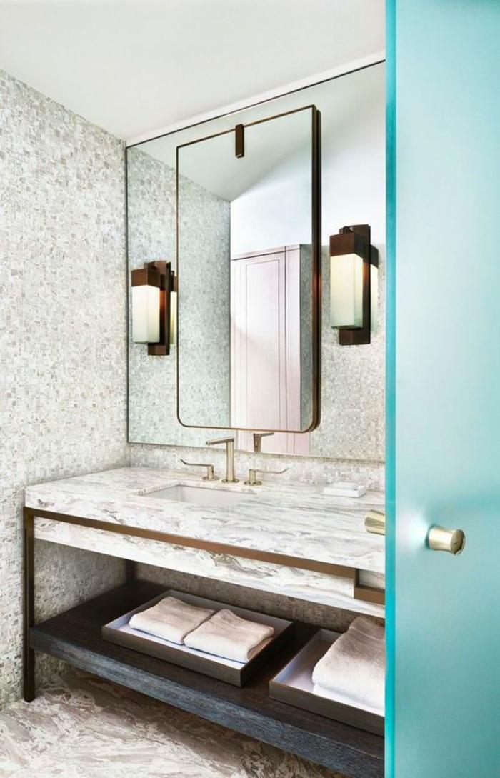 miroir eclairant salle de bain avec porte en bleu turquoise semi transparente et métal cuivré