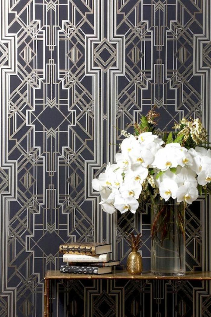 mobilier art déco, papier peint graphique, orchidées mis en vase