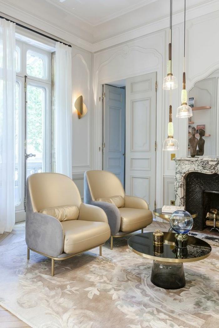 mobilier art déco, deux fauteuils beiges, table basse ronde, tapis taupe clair
