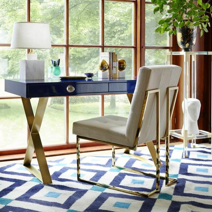 mobilier art déco, bureau bleu à l'apiètement métallique, grande fenêtre, plante verte