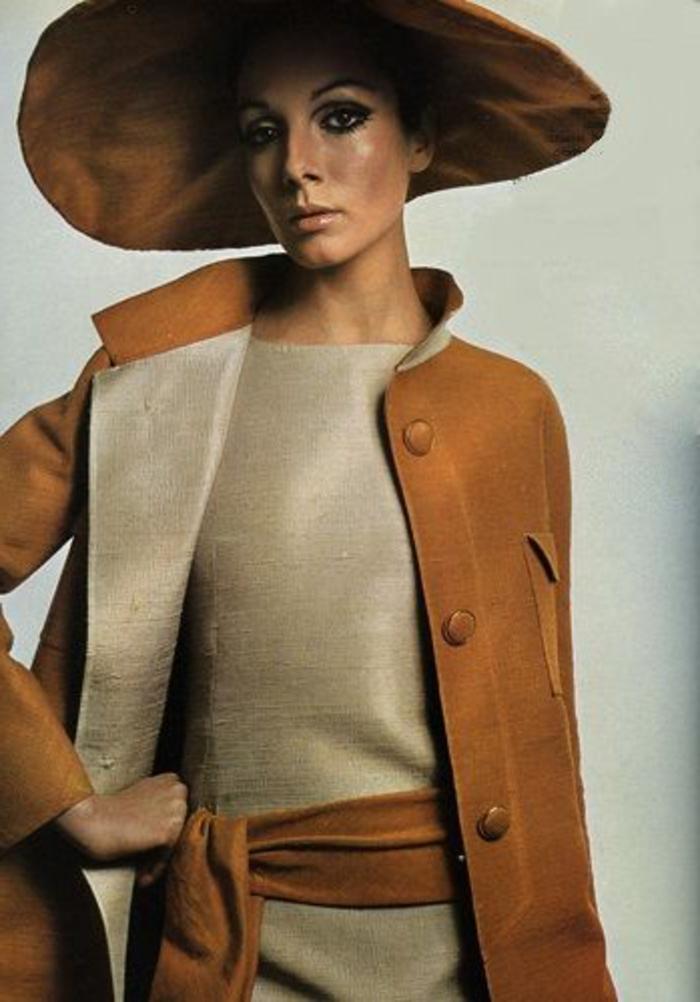 mode anne 60, habits couleur camel, chapeau fautre couleur camel