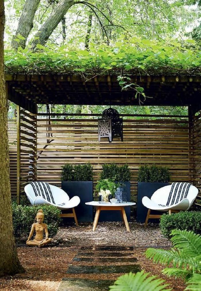 jardin zen, chaises en bois, statue bouddha, clôture en bois, sentier en pierre, terrain avec cailloux