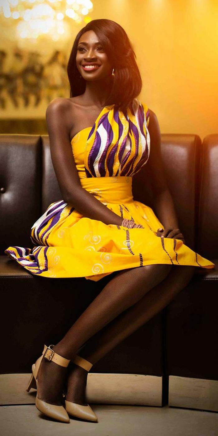 modele robe africaine, sandales élégantes et robe jaune asymétrique