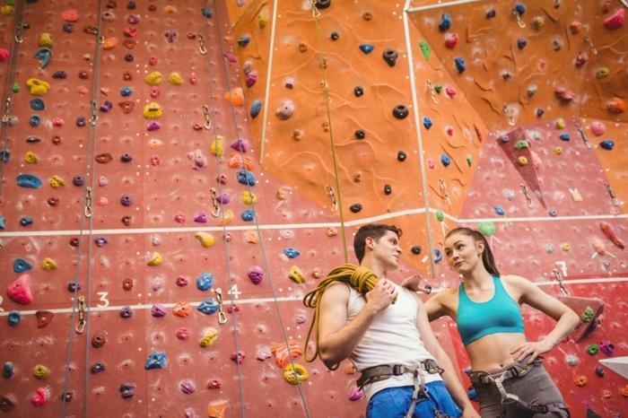 comment perdre du poids, corde longue jaune, pantalon bleu homme, murs d'escalade intérieure