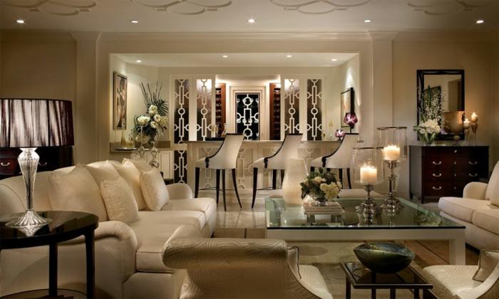 période art déco, fauteuils beiges, lobby bar, grande table rectangulaire