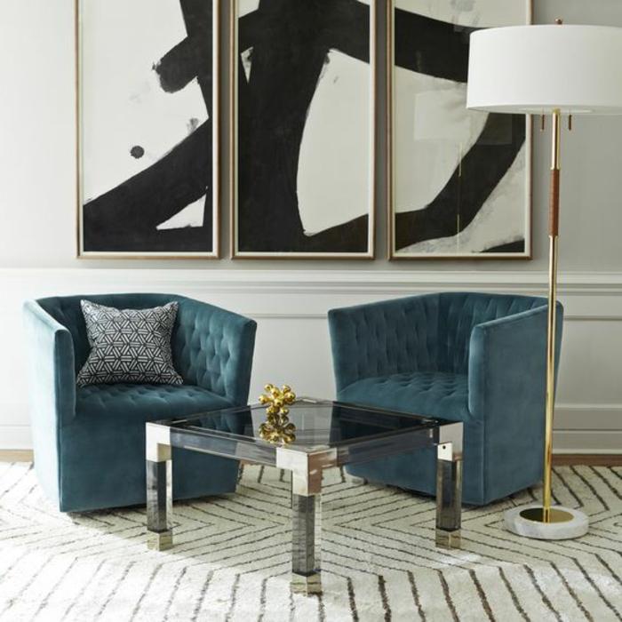 période art déco, table basse et fauteuils bleus, tapis géométrique, lampe de sol blanche