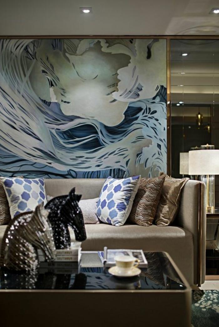 période art déco, sofa beige, coussins décoratifs, tableau abstrait