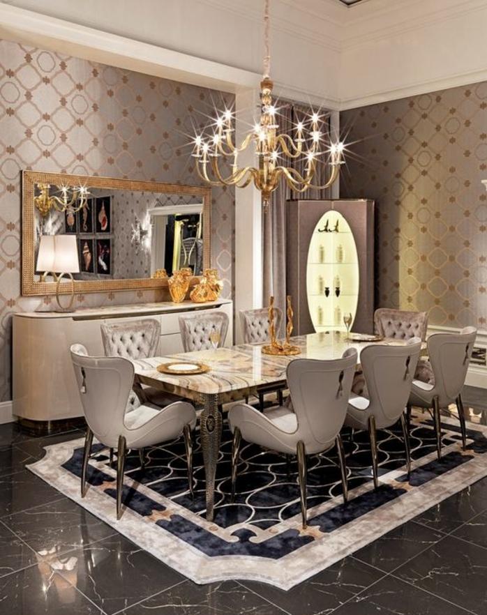 période art déco, salle à manger glamoureuse, chaises blanches élégantes, chandelier rustique doré, console et grand miroir