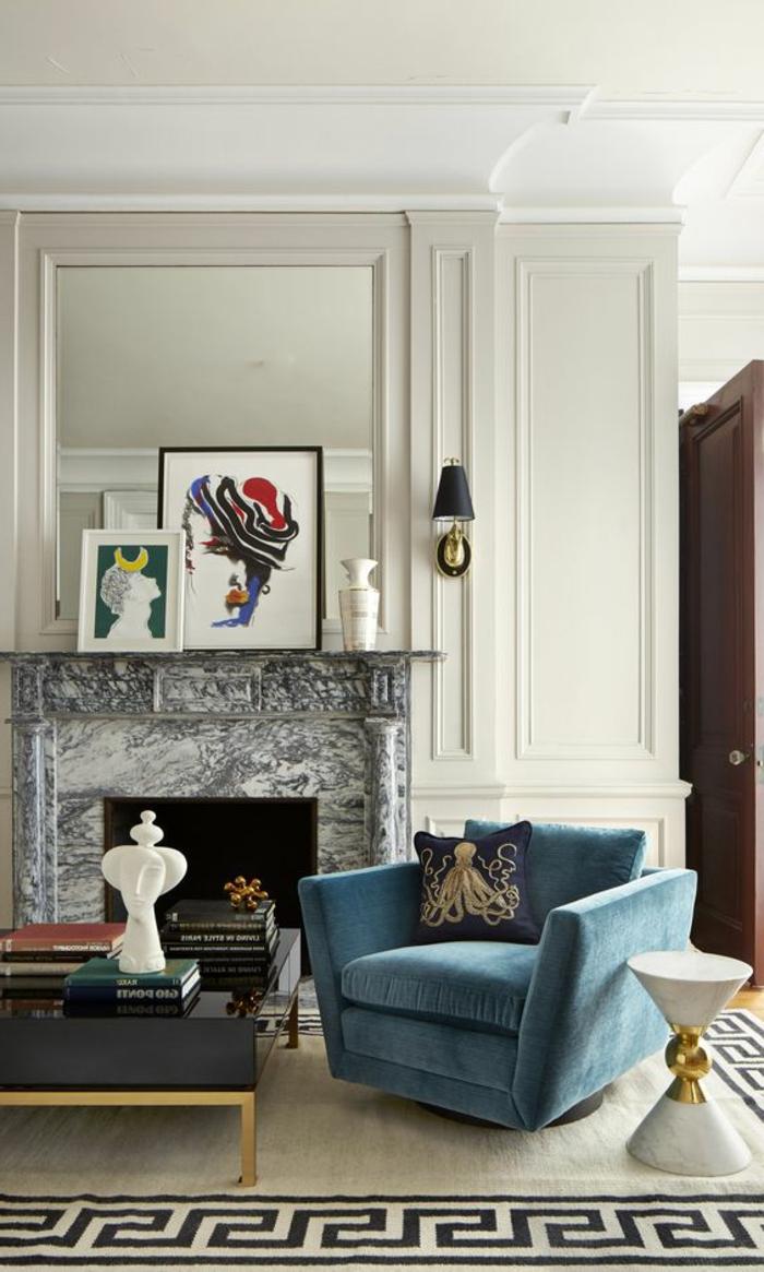 période art déco, table basse rectangulaire, fauteuil bleu, cheminée murale