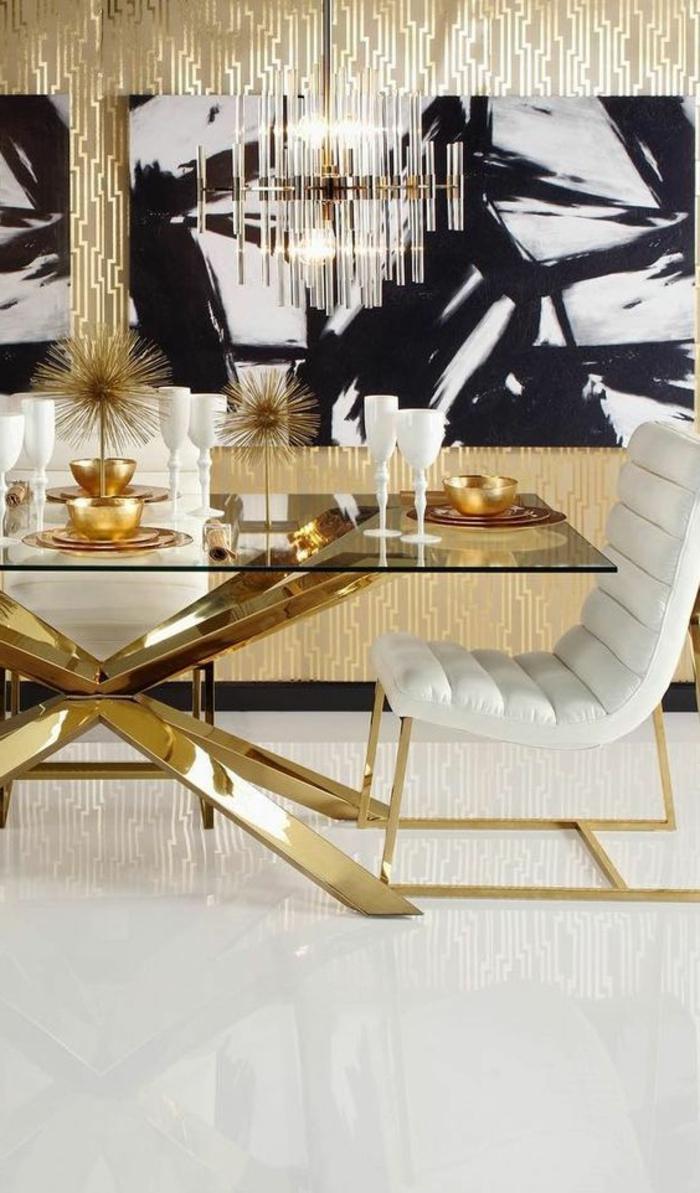 période art déco, table avec piètement métallique, chaises blanches, tapis blanc, plafonnier limpide