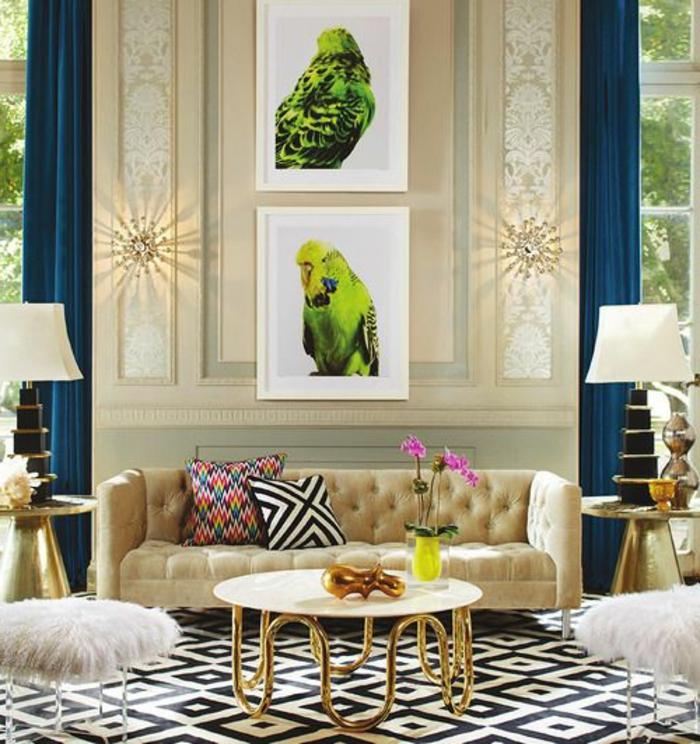 période art déco, table basse blanche, tapis géométrique, sofa beige et photographies originales