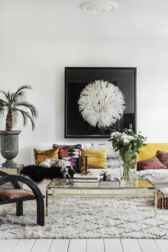 période art déco, tapis marocain blanc, table en verre, coussins décoratifs
