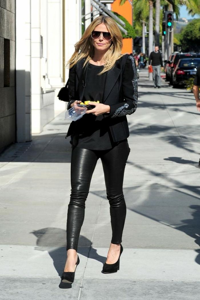 que mettre avec un pantalon noir, cheveux blonds, lunettes de soleil noires, chaussures à talons