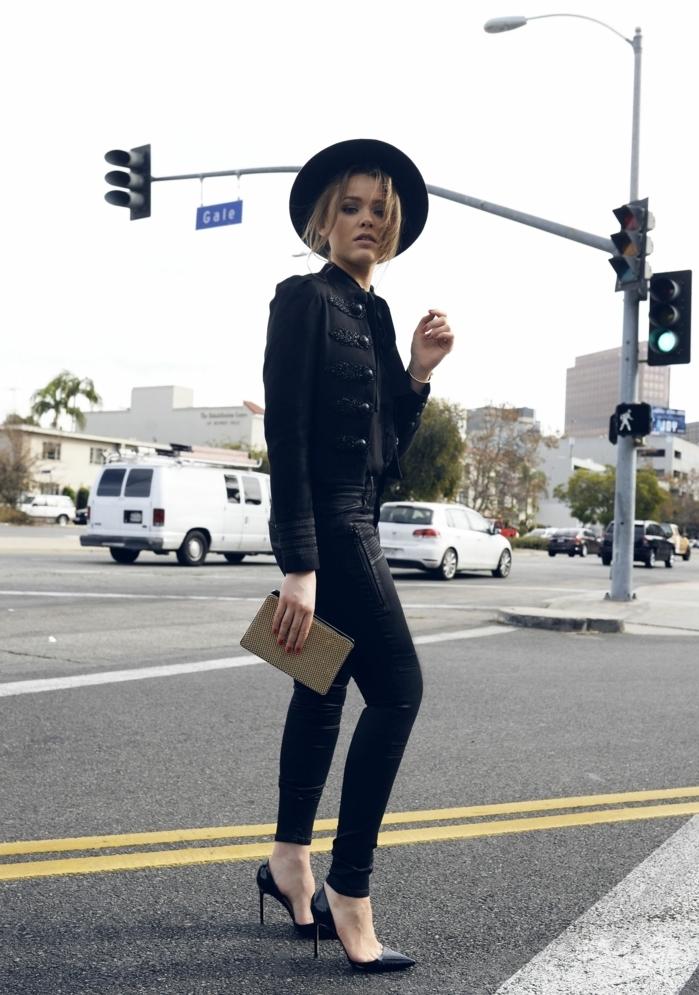que mettre avec un pantalon noir, veste en cuir noir, pochette en or, manucure rouge, capeline noire
