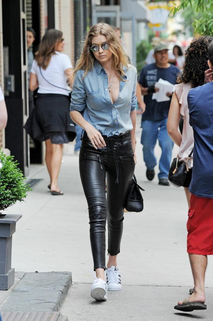 slim cuir, Gigi Hadid, baskets blancs, chemise en jeans, sac à main en cuir noir, pantalon taille haute