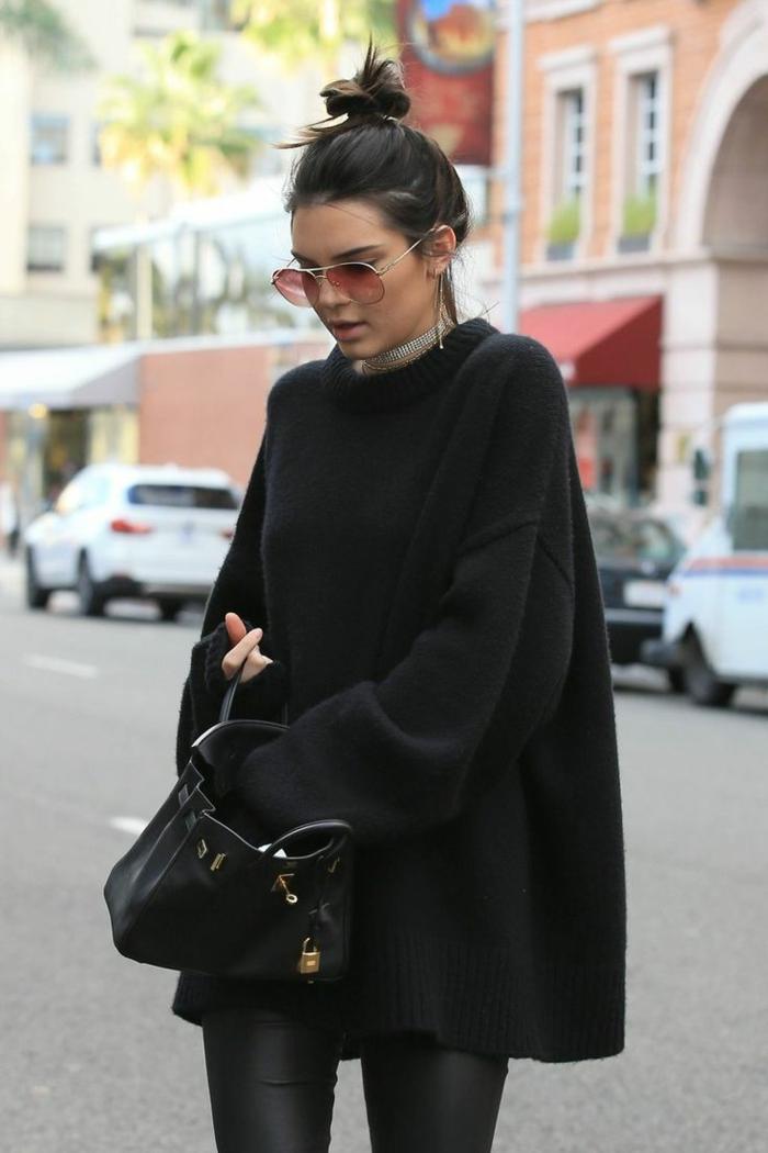 slim cuir, sac à main noir ,poncho loose, lunettes de soleil rose, boucles d'oreilles longs, collier en argent