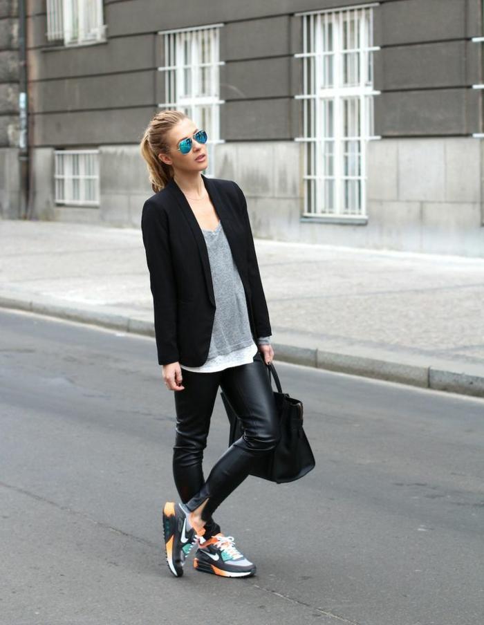 vetement noir, blazer noir, sac à main en cuir, queue de cheval blond, lunettes de soleil électrique, blouse grise