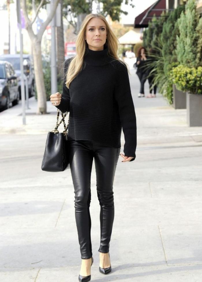 slim cuir, chaussures noires à talons, cheveux longs blonds, pull noir, manucure noire