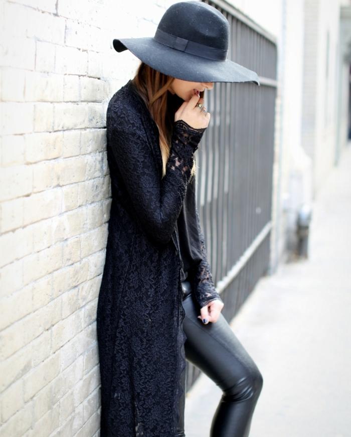 que mettre avec un pantalon noir, capeline noire, manucure noire, manteau en dentelle noire