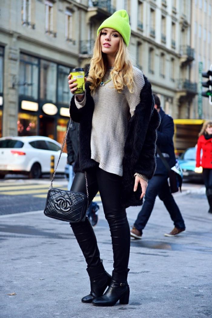 slim cuir, bonnet vert électrique, blouse beige, bottines noires, pochettes noire, cheveux blonds bouclés