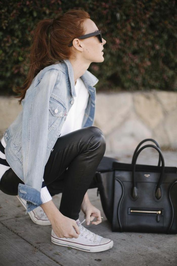 que mettre avec un pantalon noir, veste en denim, blouse en blanc et noir, cheveux cuivrés, sac à main en cuir