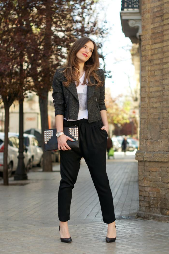 que mettre avec un pantalon noir, montre en argent, manucure turquoise, chaussures à talons
