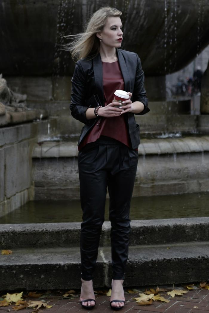 que mettre avec un pantalon noir, chemise bordeaux, veste noire, sandales noires, manucure blanche, bracelet avec perles en bois