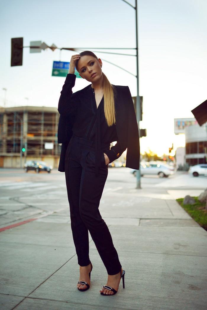 que mettre avec un pantalon noir, blazer noir, chemise avec décolleté en V, coiffure queue de cheval blond
