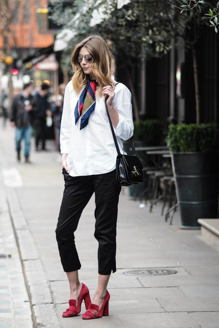 vetement noir, pantalon 7/8, chemise blanche, écharpe bleu foncé et kaki, chaussures rouge, cheveux bouclés