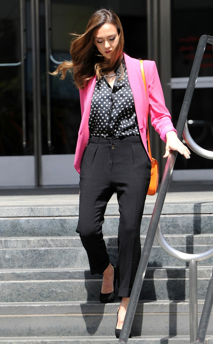 vetement noir, blazer pink, chemise noire avec pois blancs, que mettre avec un pantalon noir, pochette orange