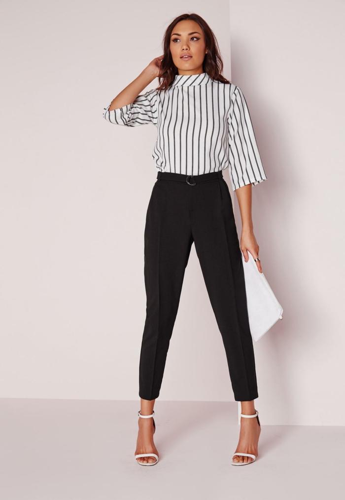 que mettre avec un pantalon noir, chemise rayée en blanc et noir, sandales blanches à talons, bague en argent